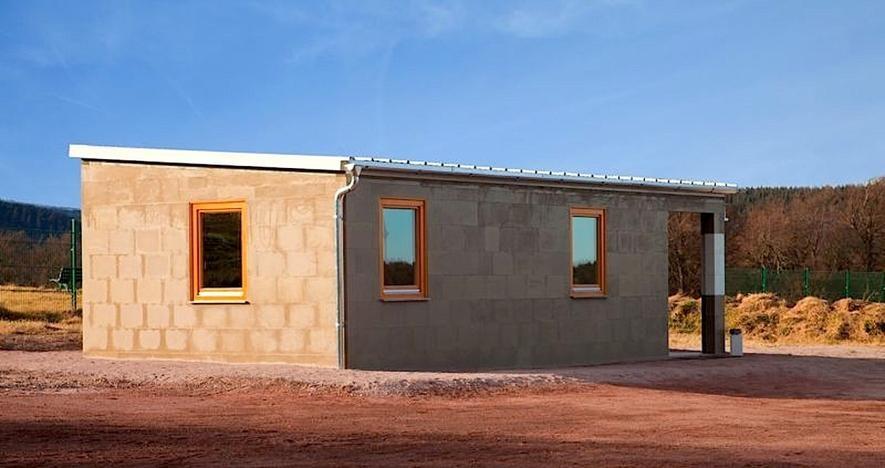 Dieses Haus besteht aus Lego-Steinen aus Wüstensand